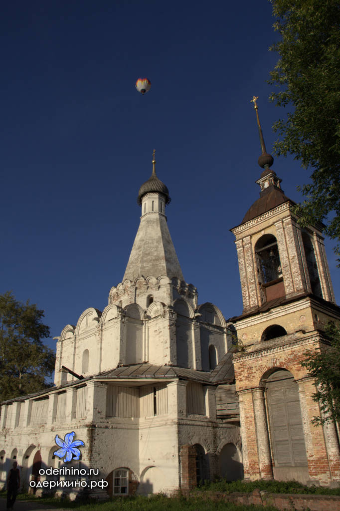 Воздушный шар над храмом